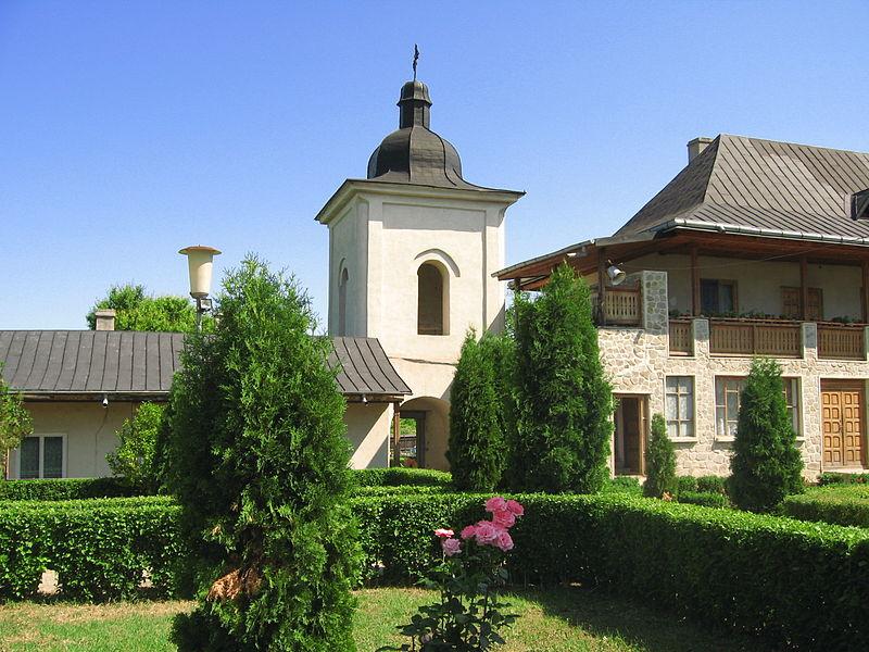Mănăstirea Hlincea de la Iaşi, zidită prin efortul şi cheltuiala spătarului Zotu Tzigaras, pe care a închinat-o ca metoh la Muntele Athos. Domnitorul Moldovei Vasile Lupu (1634-1653) însă, care era şi el cunoscut contemporanilor ca fiing grec şi albanez, a refăcut-o şi a închinat-o la mănăstirea Drianu din Epir, azi aflată în Sudul Albaniei.
