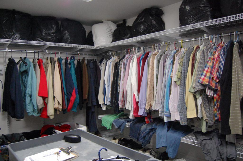 Vestiarul cu haine curate (de schimb).