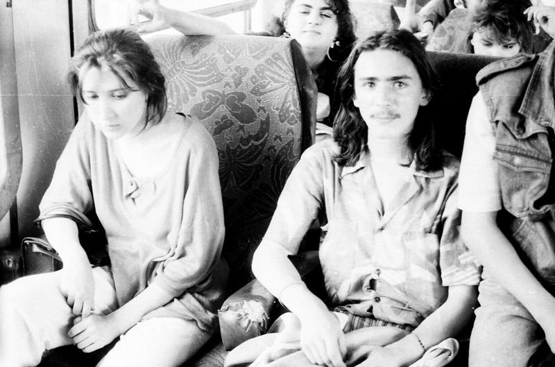 """""""Scenă din autobuz, un grup de studenţi şi liceeni de la Chişinău, în drum spre cel de al doilea Pod de flori, la 16 iunie 1991"""". Foto: Lina Grâu"""