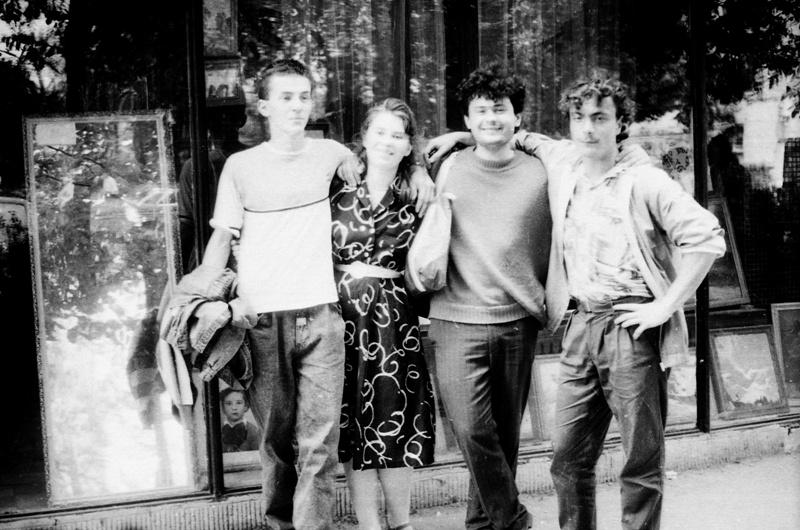 Un grup de tineri basarabeni şi români, la Iaşi, cu ocazia Podului de flori de la 16 iunie 1991. Arhiva foto Lina Grâu.
