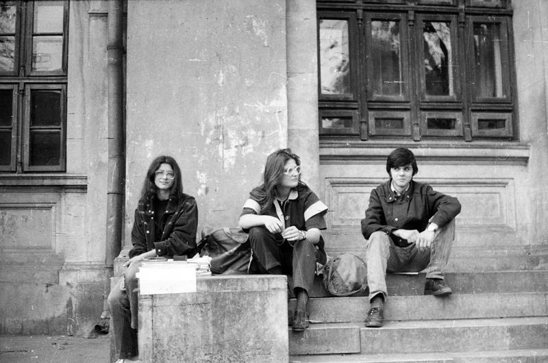Un grup de studenţi basarabeni vânzând hârtie A4 la bucată, pe scările Universităţii de la Bucureşti. 1992. Arhiva foto Lina Grâu.