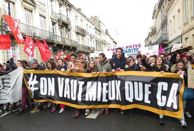 """""""De la finele lui martie protestele nu mai sînt limitate doar la cîmpul social, dar și la acela al reprezentării democratice."""""""