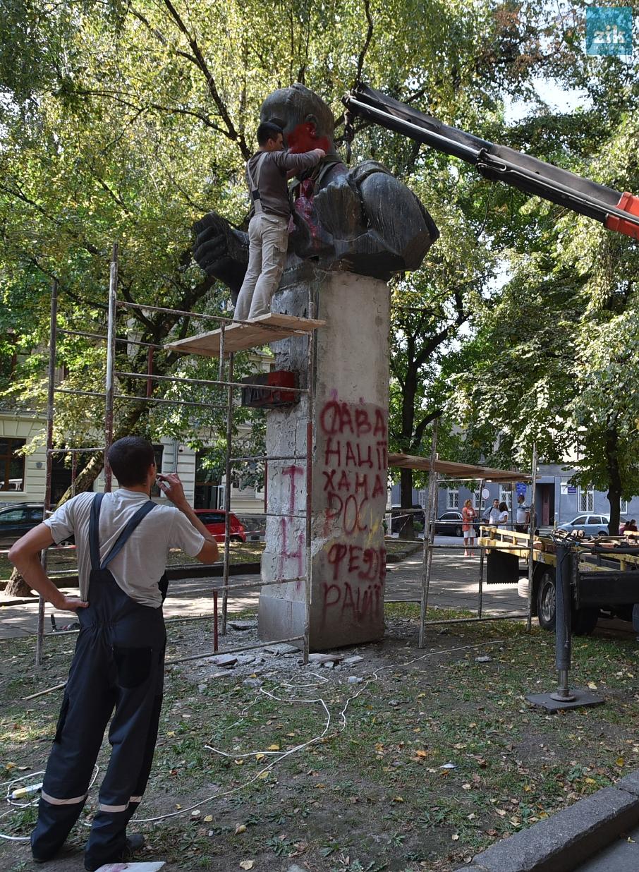 Демонтаж памятника С. Тудору, г. Львов.